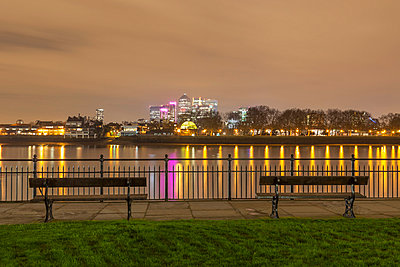 View of Canary Wharf and the Thames at night, London, United Kingdom - p429m872996 by Alex Holland