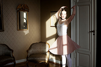 Joung woman poses as ballerina - p956m1515493 by Anna Quinn