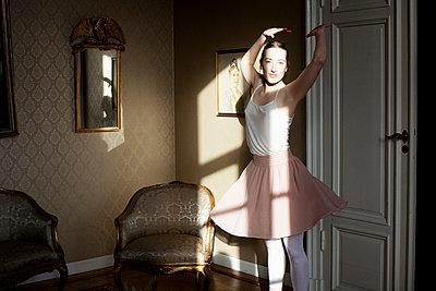 Junge Frau posiert als Ballerina - p956m1515493 von Anna Quinn