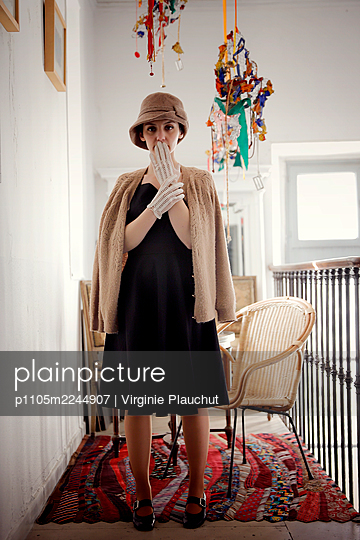 Woman in black dress with hat, portrait - p1105m2244907 by Virginie Plauchut