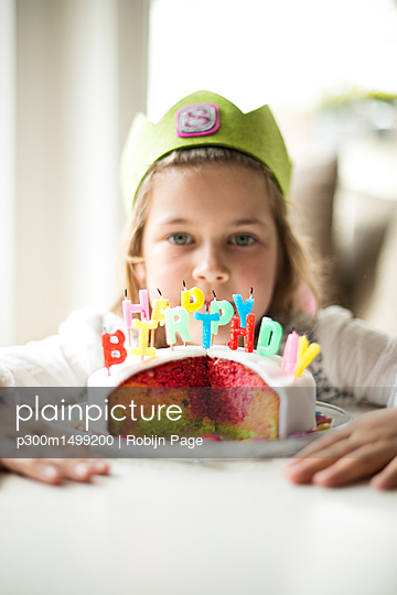 plainpicture | Photo library for authentic images - plainpicture p300m1499200 - Girl with birthday cake - plainpicture/Westend61/Robijn Page