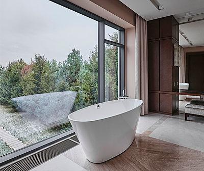 Badezimmer mit Aussicht in einer Villa - p390m2263700 von Frank Herfort