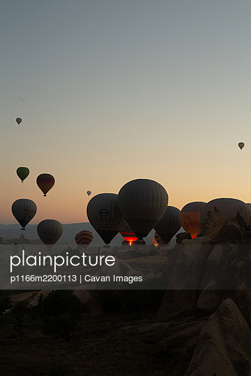 Group of hot air balloons about to take off - p1166m2200113 by Cavan Images