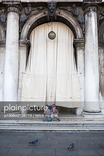 Kinder essen Eis in Venedig - p1308m2126719 von felice douglas