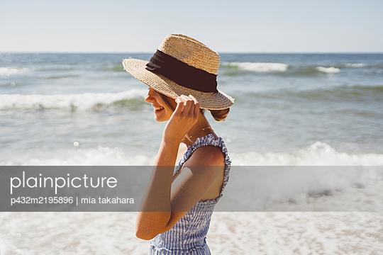 Junge Frau genießt die Zeit am Meer - p432m2195896 von mia takahara