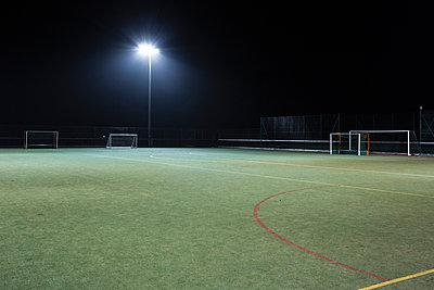 Spielfeld bei Nacht - p1057m952847 von Stephen Shepherd
