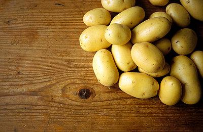 Kartoffeln auf Brett - p1080217 von Thomas Kummerow