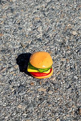 Plastic burger - p1423m2063632 by JUAN MOYANO