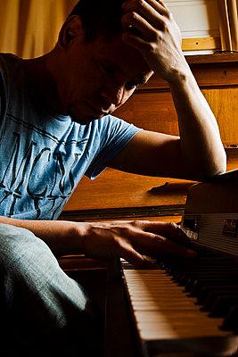 Junger Mann am Klavier - p1611m2185152 von Bernd Lucka