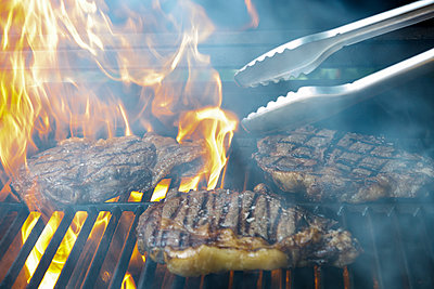 Close up of grilled steaks - p300m2277113 by Ignacio Ferrándiz Roig