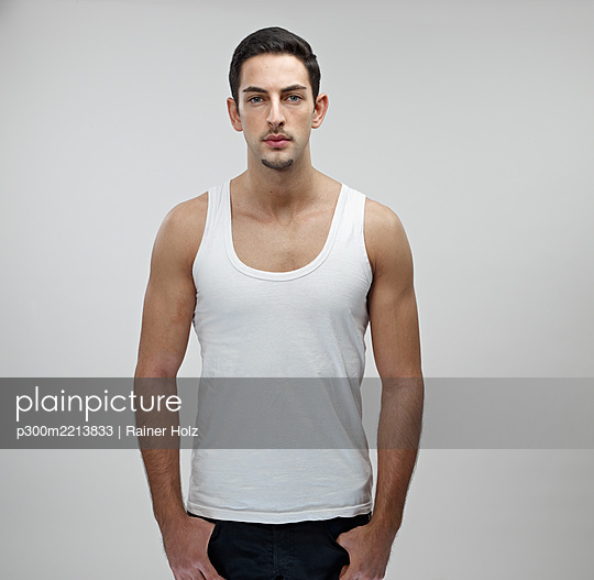 Portrait of young man wearing undershirt - p300m2213833 by Rainer Holz