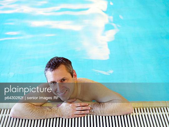 Mann im Schwimmbad  - p6430282f von senior images RF