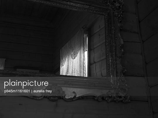 Fenster in einem Spiegel - p945m1161601 von aurelia frey