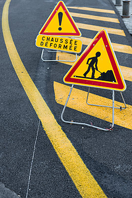 France, Nizza, construction site signs - p300m1153521 by visual2020vision