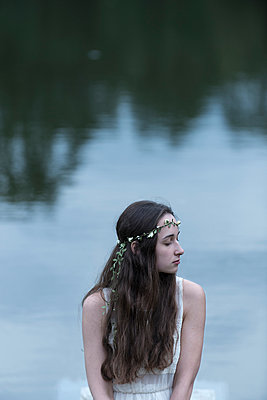 Woman at lakeside - p427m939839 by Ralf Mohr