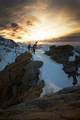 Hiking in the snow at sunset - p704m1475104 by Daniel Roos