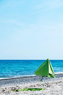 Single sunshade on the beach - p1423m2007693 by JUAN MOYANO