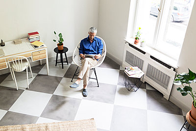 Mature man using tablet at home - p300m2030158 by Rainer Berg
