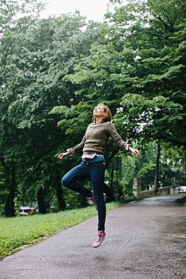 Jump for joy - p586m962698 by Kniel Synnatzschke