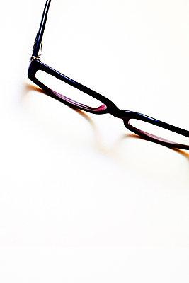 Brille auf weißem Hintergrund - p647m1113107 von Tine Butter
