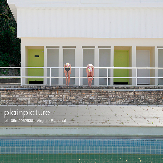 Two friends by the outdoor pool - p1105m2082539 by Virginie Plauchut