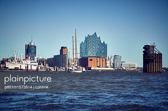 Blick auf Hamburg von der Wasserseite - p851m1573514 von Lohfink
