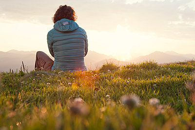Austria, Tyrol, Unterberghorn, hiker resting in alpine landscape at sunrise - p300m1188784 by Rainer Berg