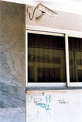 Überwachungskamera an Hauswand - p3880169 von Jim Green