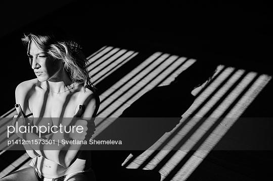 Frau im Licht und im Schatten - p1412m1573501 von Svetlana Shemeleva