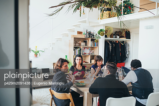 Businessmen and businesswomen on lunch break in loft office - p429m2091438 by Eugenio Marongiu