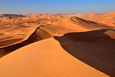 Oman, Dhofar, sand dunes in the Rub al Khali desert - p300m1588072 by Egmont Strigl