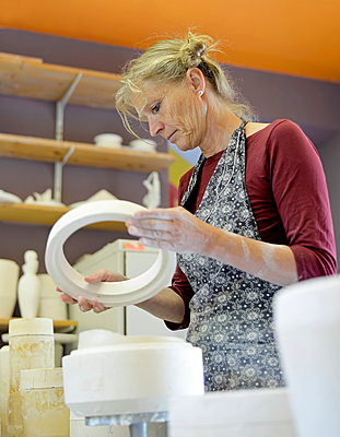 Woman working in porcelain workshop - p300m2005677 by Bernd Friedel