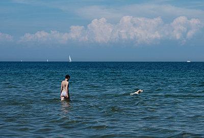 Baden mit Hund - p551m2005778 von Kai Peters