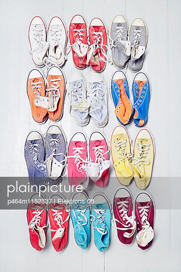 bunte Sneaker - p464m1152337 von Elektrons 08