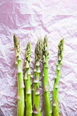 Green asparagus  - p1149m2115359 by Yvonne Röder
