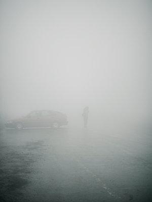 Parkplatz bei Nebel - p1425m1487076 von JAKOB SCHNETZ