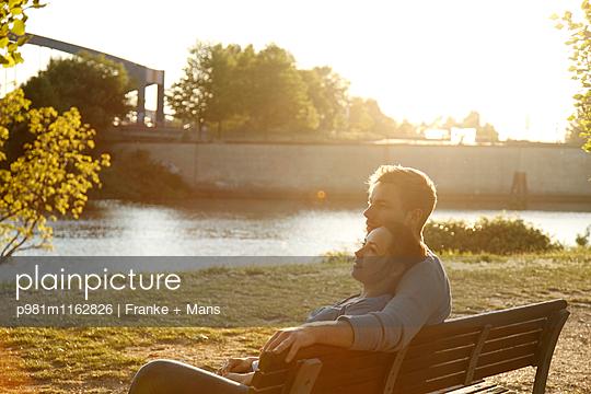 Abend am Fluss - p981m1162826 von Franke + Mans
