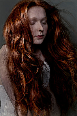 Woman with red hair - p1146m943292 by Stephanie Uhlenbrock