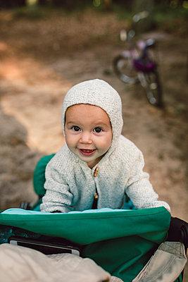 Porträt Baby mit Strickjacke - p1361m1462192 von Suzanne Gipson