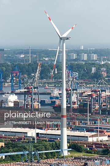 Windkraftanlage im Hamburger Hafen - p1079m890671 von Ulrich Mertens