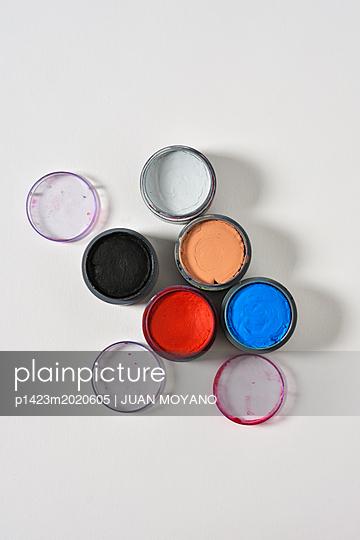 Make-Up auf weißem Hintergrund - p1423m2020605 von JUAN MOYANO