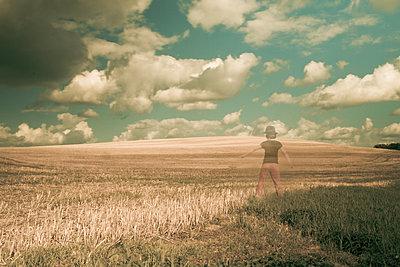 Mädchen am Stoppelfeld - p1402m2054857 von Jerome Paressant