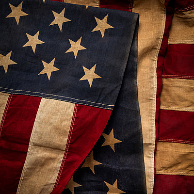 Old US flag - p1427m2224344 by Tetra Images