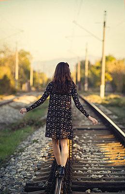 Mädchen auf den Schienen - p1432m2148308 von Svetlana Bekyarova