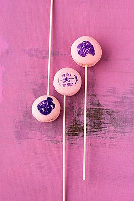 Lollipop macarons with stamped motifs - p300m1052876f by Mandy Reschke