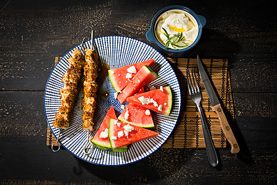 Souvlaki, grilled pork meat skewers, water melon, feta and garlic cream - p300m2012867 by Roman Märzinger