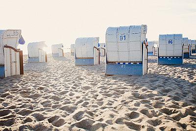 Strandkörbe am frühen Morgen - p946m851038 von Maren Becker
