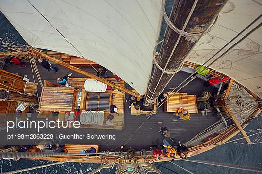 Blick von oben auf ein Schiffsdeck - p1198m2063228 von Guenther Schwering