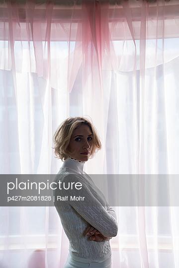 Blonde Frau im Gegenlicht - p427m2081828 von Ralf Mohr