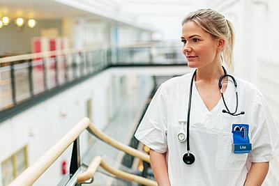 Female doctor looking away - p312m2174379 by Scandinav